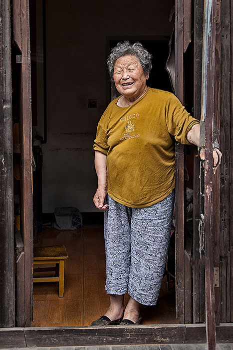 asia,china,chinese,doorway,elderly,female,friendly,huai'an,old,older,smiling,structure parts,vertical,welcome,welcoming,woman, photo