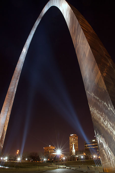 The St. Louis Arch lit up at night